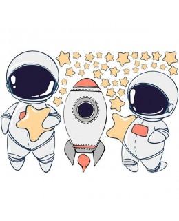 Малки астронавти с ракета и звезди
