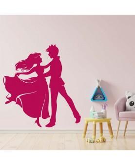 Принц и принцеса танцуват