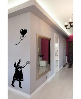 Момиченце с отлитащ балон