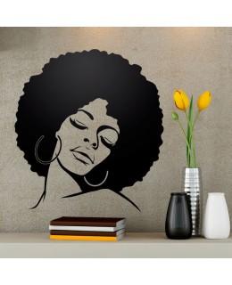 Момиче с афро прическа
