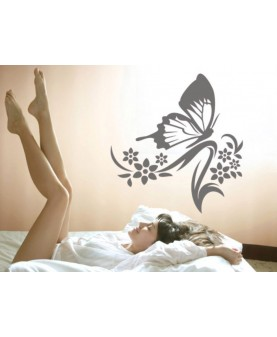 Елегантна пеперуда върху цветно клонче